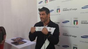 Clemente Russo in guarda davanti ai fotografi oggi al Samsung district di Milano (foto Fracchini/alaNEWS)
